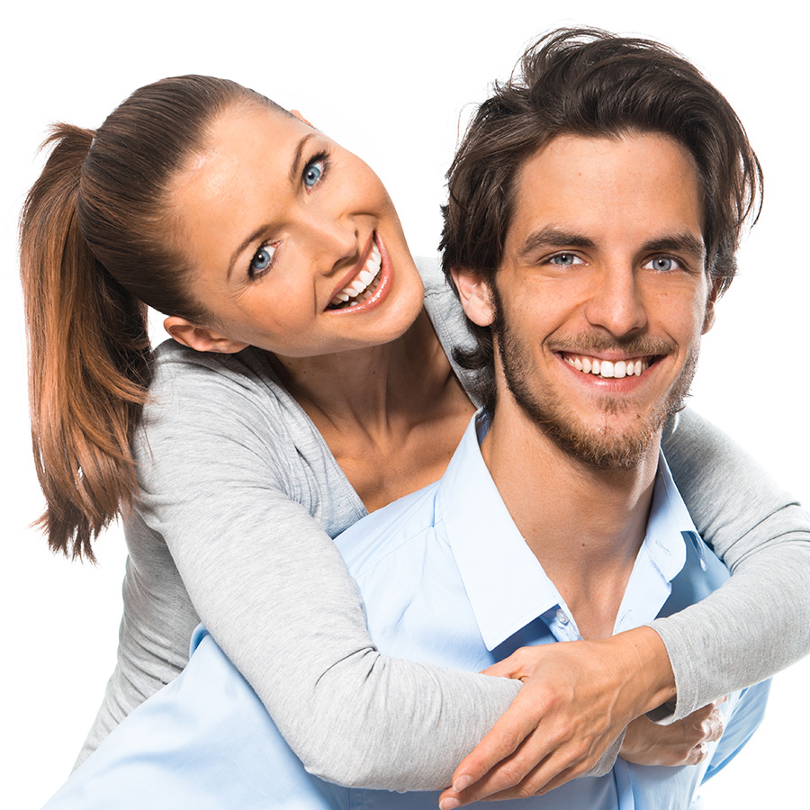 couple d'adultes souriants et clients satisfaits