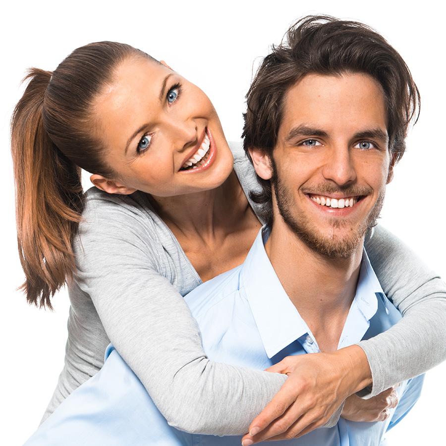 couple d'adultes souriants et clients satisfaits
